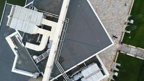 在湖的大美丽的大厦,事件的一个现代大厦在湖 美好的地方鸟瞰图 股票录像