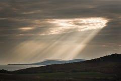 在湖的太阳光芒 库存图片