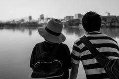 在湖的夫妇在公园在福冈 免版税图库摄影