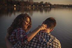 在湖的夫妇的天 库存照片