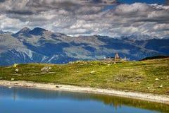 在湖的奥地利人第一个世界大战坟墓支持Carnic阿尔卑斯蒂罗尔 免版税库存图片
