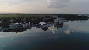 在湖的婚礼 庆祝的大帐篷在湖 股票视频