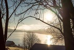 在湖的安静的日出和农村风景在一个冷和平安的早期的秋天早晨在乡下与 库存照片