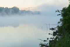 在湖的安静的镇静清早在夏天 与雾的不可思议的黎明 季节的概念,生态,环境,自然 免版税库存照片