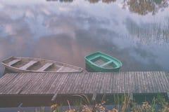 在湖的小船在秋天 免版税库存图片