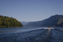 在湖的小船山的 免版税图库摄影