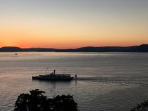 在湖的小船巡航 免版税库存图片