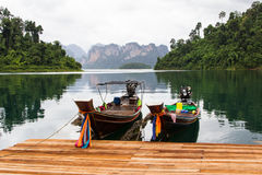 在湖的小船放松天 免版税图库摄影