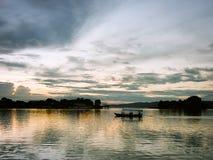在湖的小船日落的在危地马拉 免版税库存照片
