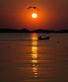 在湖的小船日落的 库存照片