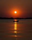 在湖的小船日落的 库存图片