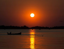 在湖的小船日落的 图库摄影