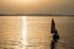 在湖的小船航行 免版税库存图片
