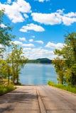 在湖的小船舷梯 免版税图库摄影
