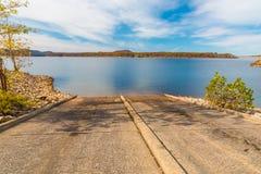 在湖的小船舷梯 图库摄影