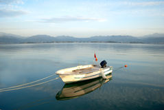 在湖的小船 免版税库存图片
