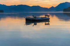 在湖的小船 免版税库存照片