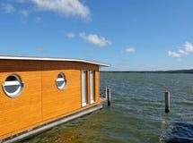 在湖的居住船 库存照片