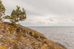 在湖的岩石岸的晴天 免版税库存照片