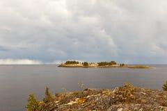 在湖的岩石岸的晴天 免版税库存图片