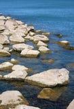 在湖的岩石 免版税库存照片