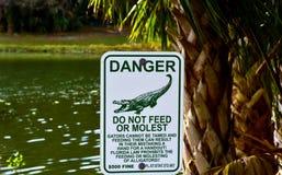 在湖的岸是一张大警告桌 免版税库存图片
