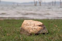 在湖的岸的石头 免版税库存图片