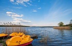 在湖的岸的筏 免版税库存图片