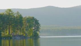 在湖的岸的美丽的蓝色清楚的水 森林的湖的看法 库存图片