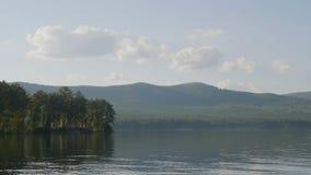 在湖的岸的美丽的蓝色清楚的水 森林的湖的看法 库存照片