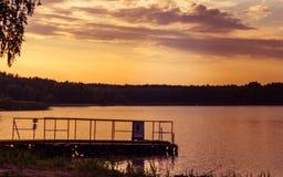 在湖的岸的美好的日落 蠢材 图库摄影