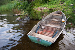 在湖的岸的老小船 免版税图库摄影