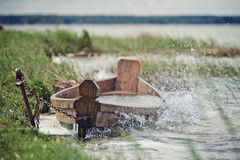 在湖的岸的老小船 库存照片