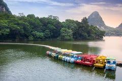 在湖的巡航小船在石灰岩地区常见的地形公园 图库摄影