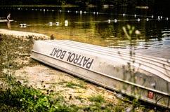 在湖的巡逻艇 免版税库存照片