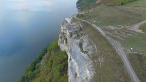 在湖的巨大日落在山之间 拥抱在峭壁的边缘的夫妇 4K 通风 股票视频
