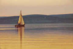 在湖的帆船日落的 库存图片