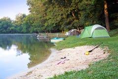 在湖的帐篷 图库摄影