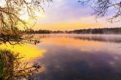 在湖的平静的日出 免版税库存图片