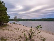 在湖的异常的云彩 免版税图库摄影