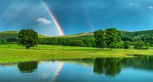 在湖的彩虹,反映在水 免版税库存图片