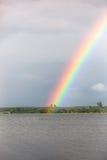 在湖的彩虹 免版税库存图片