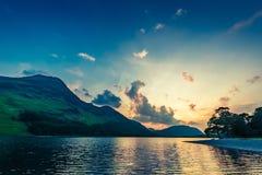在湖的惊人的五颜六色的黄昏在District湖,英国 免版税图库摄影