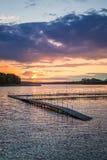 在湖的惊人的日落有动态天空的在夏天 库存照片
