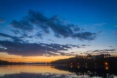 在湖的惊人的日落有动态天空的在夏天 免版税库存照片