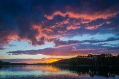 在湖的惊人的黄昏有动态天空的在夏天 库存照片