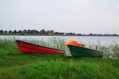 在湖的救生员小船 库存照片