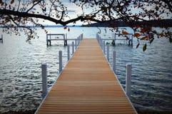 在湖的新的码头 库存图片