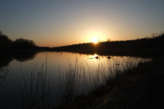 在湖的日出和早晨雾 库存图片