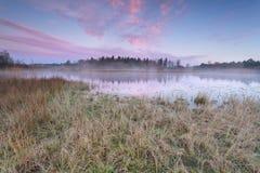 在湖的日出在冷的秋天早晨 免版税库存照片